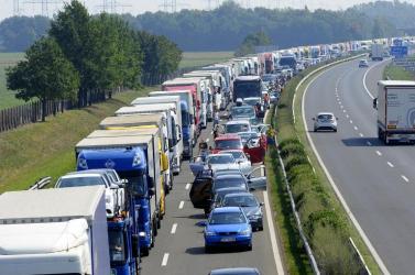 13 kilométeres torlódás az osztrák–magyar határon