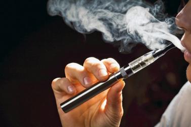 Betiltanak bizonyos ízesített e-cigarettákat