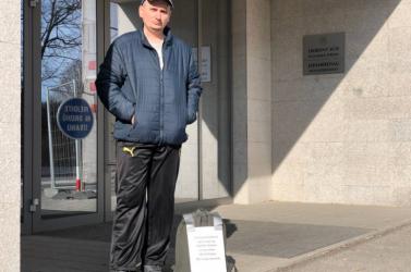 Egy nap alatt megoldódott az éhségsztrájkoló ügye, miután leült a dunaszerdahelyi bíróság elé