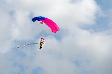 A brazil elnök minisztereivel közösen készül ejtőernyős ugrásra