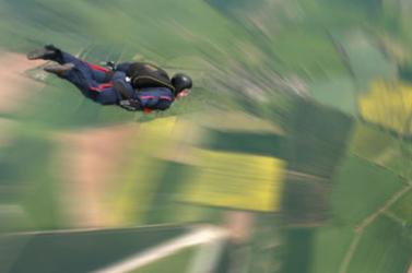 TRAGÉDIA: Videón üzent feleségének az ejtőernyős, hogy nem fogja meghúzni az oldózsinórt