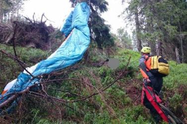 Fennakadt a fán egy ejtőernyős a Kis-Kárpátokban