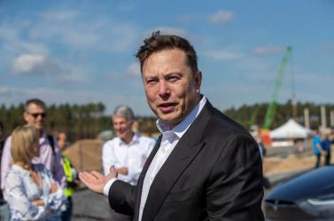 Elon Musk ezüstérmet küld Jeff Bezosnak, miután első lett a világ leggazdagabb embereinek a listáján
