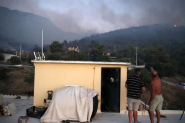 A görög tűzoltók megfékeztek egy nagyobb erdőtüzet Athén közelében