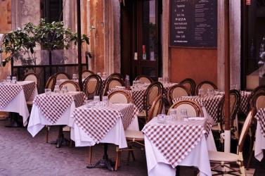 Ilyen szabályok szerint fogadhatnak vendégeket hétfőtől az éttermek teraszain