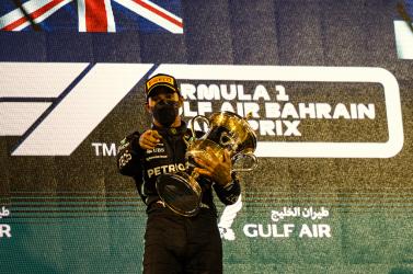 Bahreini Nagydíj - Izgalmas hajrában Hamilton nyerte az idénynyitót (FOTÓK)