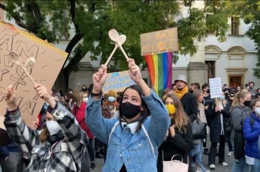 """""""Nem leszünk csendben""""' – Fakanalakkal tüntettek a nők jogaiért (VIDEÓ)"""