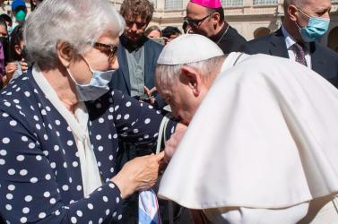 A pápa megcsókolta a tetovált rabszámot egy holokauszttúlélő karján