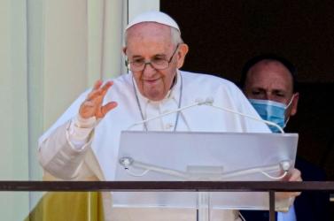 Danko a partvonalról rázza az öklét, mert a pápának megmutatják a hírhedt roma lakótelepet, közben meg azt se tudja, ez kinek a