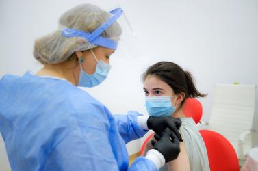Tévedett a doki és hat adag koronavírus elleni vakcinával oltott be egy diákot