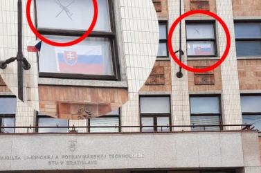 A pozsonyi Műszaki Egyetem egyik épületének ablakába oltásellenes logó került!