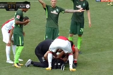 Összeesett az Ajax játékosa a pályán, újra kellett éleszteni (videó)