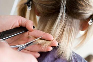 Sírva fakadt a lány, amikor meglátta az új frizuráját (VIDEÓ)