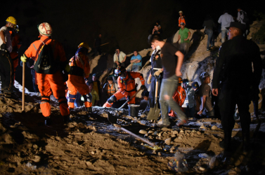 Földcsuszamlás miatt kisiklott egy vonat, több mint százan megsérültek