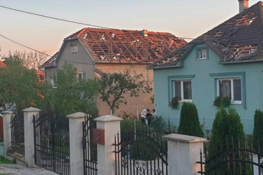 Forgószél söpört végig a főként magyarok lakta községen, épületek, villanyvezetékek rongálódtak meg