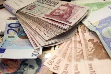 Már 317-nél jár a forint-euró árfolyam