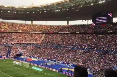Tanulhatnánk tőlük: Franciák tízezrei énekelték az angol himnuszt Párizsban!