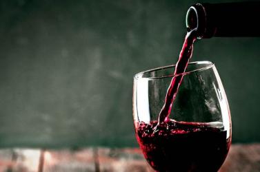 Új rekord született a világ egyik legpatinásabb jótékonysági borárverésen - többszázezer euróért kelt egy hordó bor