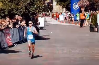 Az STV2 élőben közvetítette, ahogy a szlovák futó fütyijét himbálva ért be a célba (videó)