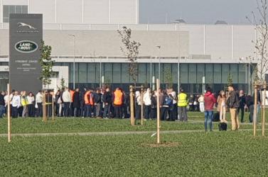 Bombariadó a nyitrai Jaguar Land Roverben, evakuálták a dolgozókat