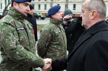 A védelmi miniszter kitüntette a katonákat, akik részt vettek a mentésben Eperjesen