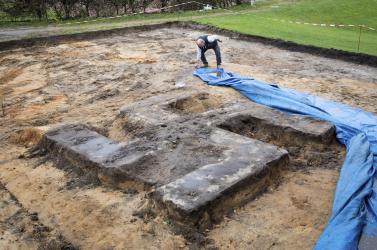 Hatalmas beton horogkeresztre bukkantak egy sportpálya bővítése közben