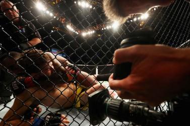 Horrorsérülés az MMA-ban: a harcos alkarja természetellenes pozícióban lógott (videó) 18+