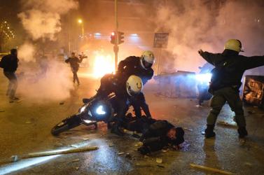 Erőszakba torkollott a rendőri erőszak elleni tüntetésAthénban
