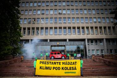 A Greenpeace és más szervezetek aktivistát blokkolták a pozsonyi Kormányhivatalba és minisztériumokba való bejutást!