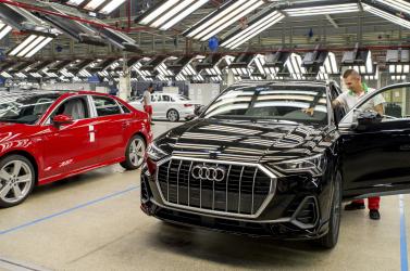 Határozatlan időre leáll a győri Audi, az ingázók már nem jutnak át a határon