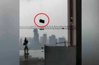 Meghalt két ablakmosó,  akiknek a platformját brutálisan odacsapkodta a szél a felhőkarcolóhoz (Videó)