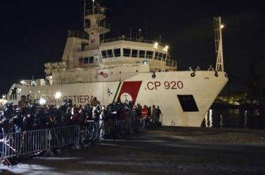 Engedélyezték a migránsok partraszállását a Szicíliánál várakozó katonai hajóról