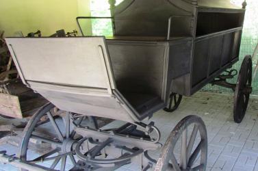 Két halottas kocsit pofoztak helyre a Csallóközi Múzeum munkatársai, újjávarázsolták a járgányokat