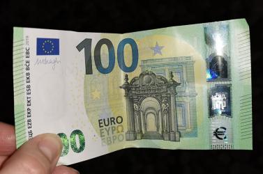Hamis 100 euróssal fizettek az ebédért és a taxiért is – a rendőrség lecsapott a bandára