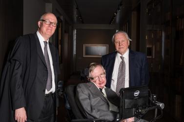 Tisztességtelen voltStephen Hawking gondozója,eltiltották munkája gyakorlásától