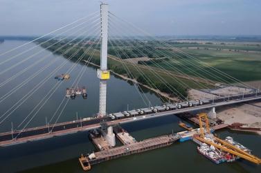 A Komáromnál épülő Duna-híd próbaterhelését 32, egyenként több mint 31 tonnás teherautóval végezték el VIDEÓ