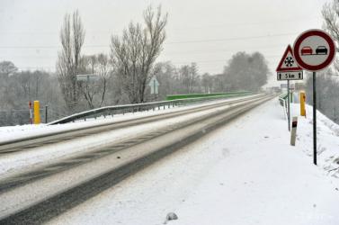 Jegesedésre és ködre figyelmeztetnek az útkarbantartók