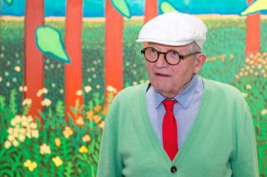 Virágzó fák festésével segít elszakadni a rossz hírektől az egyik legnagyobb kortárs brit művész