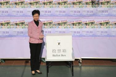 Elsöprő sikert arattak a demokrata párti jelöltek a hongkongi helyhatósági választásokon