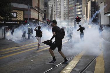Tüntetők és rendőrök csaptak össze Hongkongban, könnygázt is bevetettek