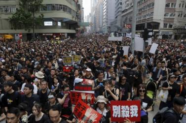 A hongkongi kormányzó a kínai hadsereg beavatkozására figyelmeztet