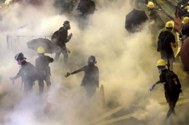 Éles lőszer bevetését fontolgatja a hongkongi rendőrség