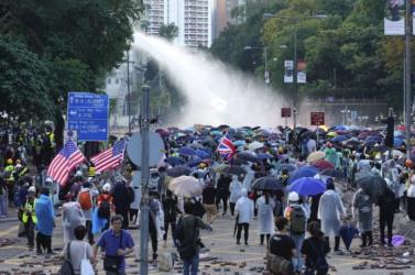 Többszáz tüntetőt vettek őrizetbe Hongkongban