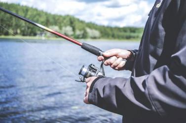Majdnem beleesett a vízbe a horgász, amikor meglátta a nőt, aki semmit nem viselt a kigombolt kabátja alatt (FOTÓ)