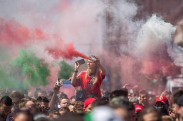 Másfél óra múlva kezdődik a várva várt meccs, és a Puskás Arénakörnyéke piros-fehér-zöld színű füstben úszik