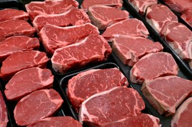 Az autója ablakában sütötte meg a húst egy férfi