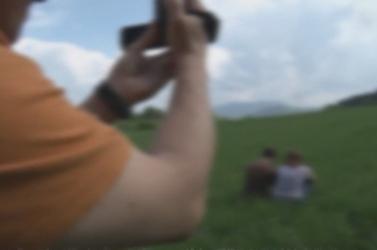 Kamerás fickó követi és tartja rettegésben a mit sem sejtő fiatalokat