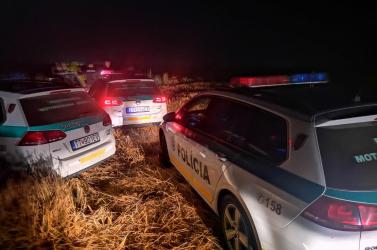 Árkon-bokron hajtott a zsaruk elől menekülő BMW-s, nagyon rossz vége lett (FOTÓK)
