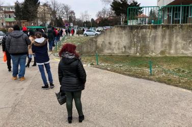 Kígyózó sorok a dunaszerdahelyi kórháznál, a járási elöljáró viszont üzeni: ne ess pánikba!