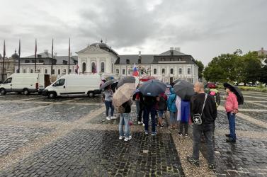 Elmosta az eső a tüntetők kedvét, alig néhányan lézengenek az elnöki palota előtt